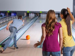 bowling-friends-having-fun-while-bowling.